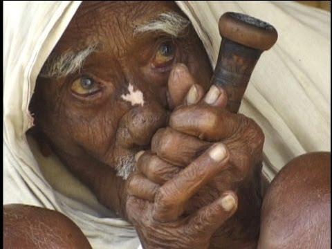 Narayan Chaudhuri fotografiran kako puši svoju kratku lulu.