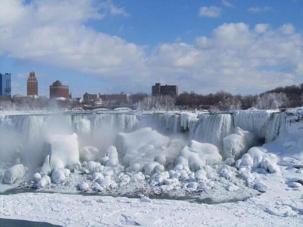 Zamrznuti Nijagarnini vodopad, za vrijeme polarnog vorteksa koji je donio nenormalno niske temperature sjevernoj Americi.