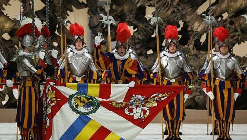 Papini tjelohranitelji, pripadnici Švicarske garde pri davanju zakletve u Vatikanu.