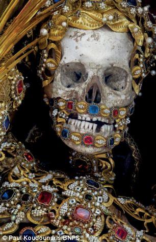 Sveti albert, lažni nekanonizirani svetac okićen zlatom, biserima i poludragim kamenjem. Fotografija vlasništvo