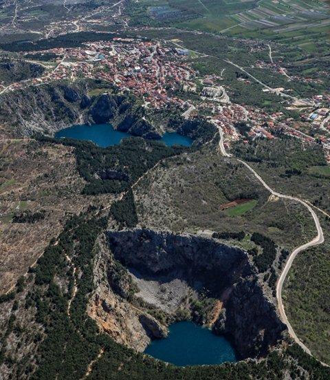Crveno i Modro jezero, primjeri vrtača nastali kroz milenije otapanja krša.