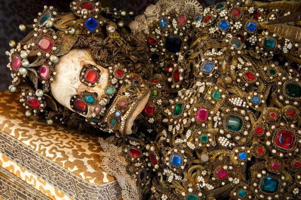 """Nakinđurene kosti lažnih svetaca koji su izneseni iz Rimskih katakombi kako bi stvorili vjerski zanos u okrilju Katoličke Crkve i kako bi se takva pastva pod kostima """"svetaca"""" borila protiv protestanata."""