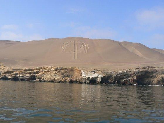 Paracas fotografiran s mora. U pozadini vidite piktogram nalik na one iz Nasce.