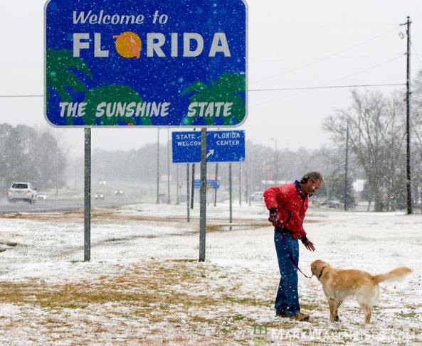 Dobrodošli na sunčanu Floridu. Iako je ovo tipičan   prometni znak s kojim se dočekuju posjetitelji Floride, stvarnost je danas malo drugačija, jer je Florida već tjednima okovana ledom i snijegom, a sunčani dani se još uvijek ne naziru. OVaj znak se nalazi na državnoj cesti US 231, točnije na granici sa subtropskom Alabamom.
