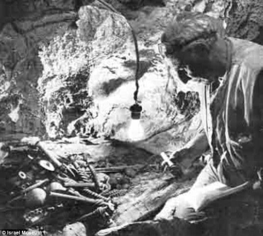 Pessah Bar-Adon pored artefakata iz brončanog doba.