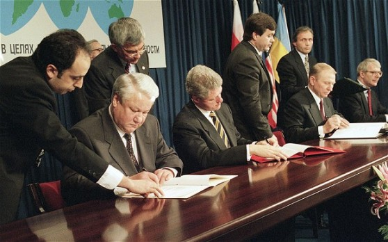 Memorandum iz Budimpešte iz 1994. je potpisala SAD, Velika Britanija, Ukrajina i Rusija, u njemu se svi slažu o nepromjenjivosti granica Ukrajine i njenoj neovisnosti.