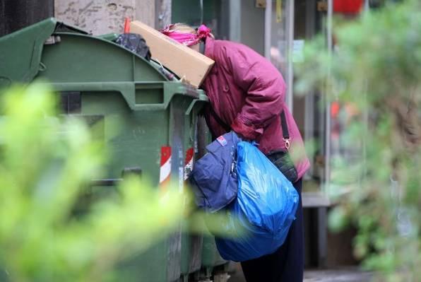 Donedavno su ljudi samo skupljali plastične boce po kontejnerima, od sada ćemo ljude iz slobodne i europske Hrvatske, viđati i kako prekapaju po kantama za smeće kako bi našli što za jelo. Jesmo li htjeli takvu Hrvatsku?
