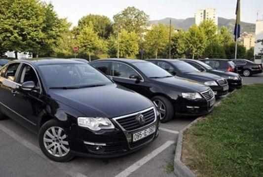 """Službena vozila u BiH nakon radnog vremena ostaju na parkinzima, u nas se još uvijek ministri ne žele voziti """"privatnim"""" kočijama nego na grbi naroda."""