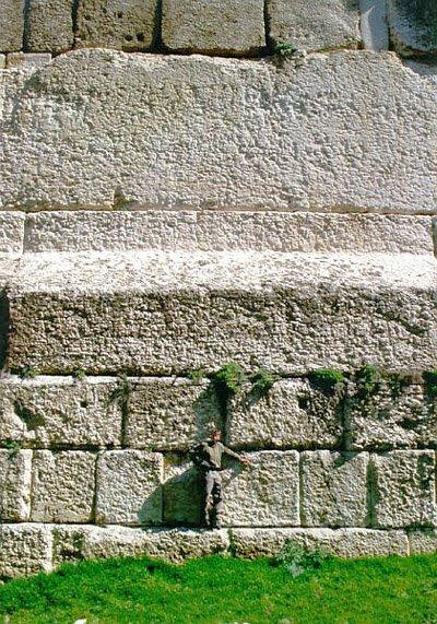 Na slici vidite jedan od monolita iz Baalbeka.