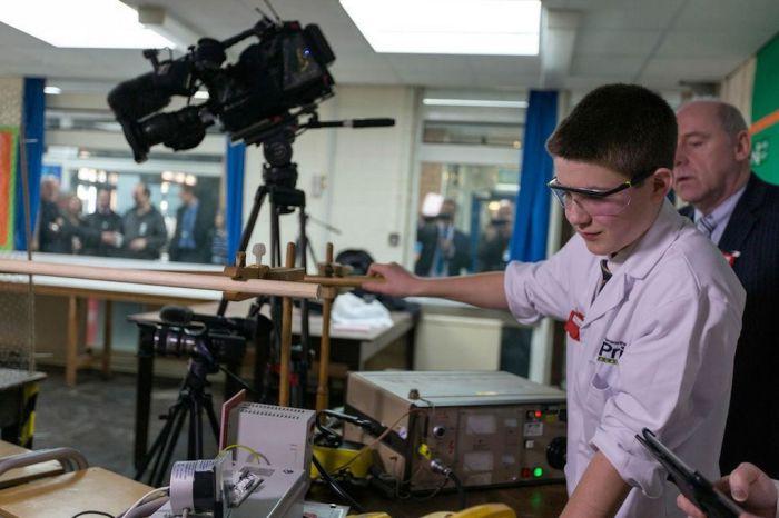 Jamie Edwards u trenutku provjere rada nukleranog reaktora. Fotografija vlasništvo Mercury Press & Media Ltd.