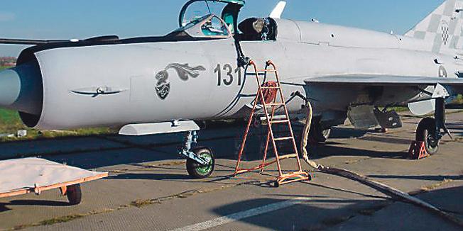 Nova stara jedna šestina Jrvatskog ratnog zrakoplovstva, obojana je modernom bojom, za koju smo mi porezni obveznici platili velike novce. Boja je toliko dobra da MIG-ove drži u zraku da se ne bi raspali.