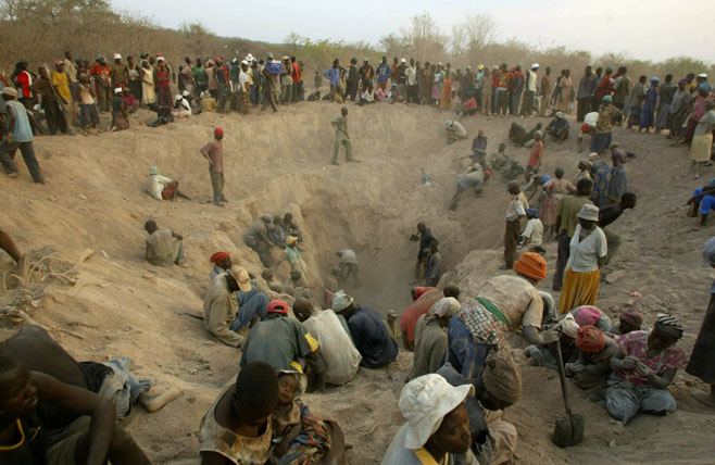 Krvavi dijamanti - u većini Afrike dijamanti se iskapaju uz ljudsku patnju i krv. Na slici vidite rudokope Marenge iz kojih se vade dijamanti. Fotografija vlasništvo Tsvangirayi Mukwazhi.
