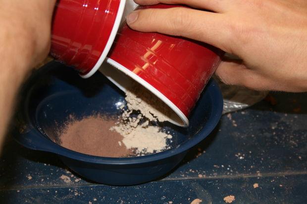 Prah crvene gline i sitna drvena piljevina, svatko može napraviti takva efikasan filter za vodu kod kuće.