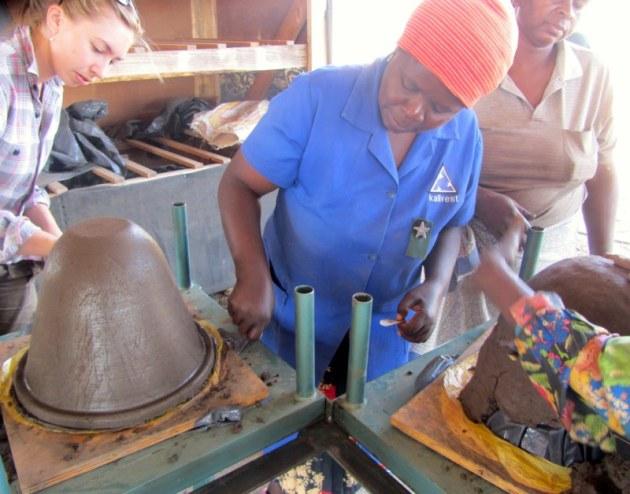 U tvornici se prave lončanice u koje se postavljaju filteri. Nakon toga se proizvod prodaje na lokalnom tržištu.