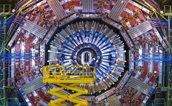 Large Hadron Collider ili veliki hadronski sudarač čestica. Na slici vidite dio tehnologije koja se prostire na 10 kilometara u podzemlju Švicarske.