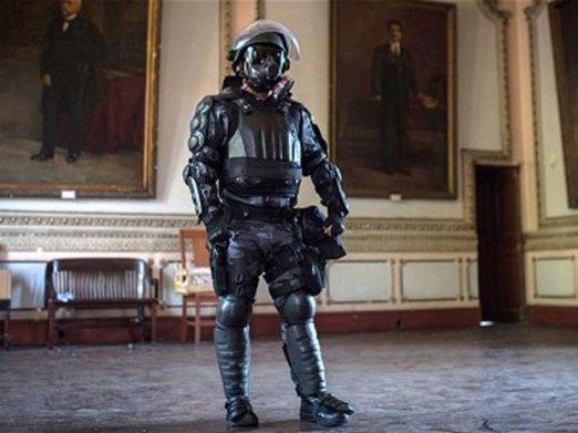 """Robo Cop na brazilski način. Ova oklopljena spodoba nije stvorena za zaštitu građana već za zaštitu velike love na """"Mundijalu."""""""