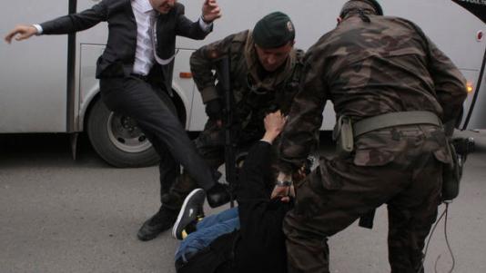 Kako Turci liječe tugu za umrlim rudarim, cipelarenje Erdoganovog čuvara je novi oblik iskazivanja žalosti.