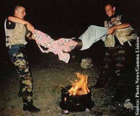 Belgijski proipadnici UN snaga polagano peku dječaka iz Somalije na vatri kako bi ga naučili da ne krade. Oba vojnika su oslobođena od optužbi za mučenje zbog nedostatka dokaza.