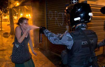 Brazilska policija nije dovoljno stroga, prskanje paprenog spreja po nezaštičenim ženama ne šalje dovoljno jasnu poruku raji.