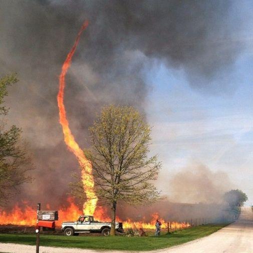 Koga briga za vatrene tornade i druge meteorološke i klimatske anomalije zastrašujućih razmjera? Na slici vidite vatreni tornado snimljen u saveznoj državi Missouri 03.05.2014.