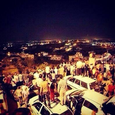 Izraelci gledaju kako Gaza gori.