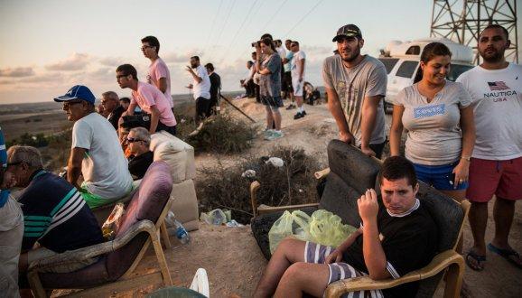Stanovnici gradića Sderot gledaju bombardiranje Gaze. Izraelcima očigledno ne smeta ubijanje Arapa, pitanje je zašto je to tako?
