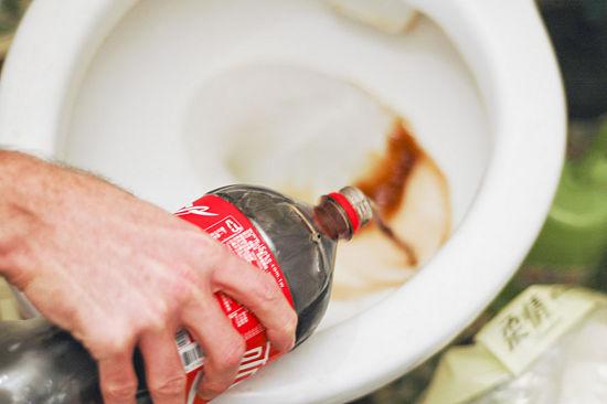 S kolom bez problema možete oprati zahodsku školjku, sve nečistoće će se otopiti za nekoliko minuta. Kako takvo piće može biti sigurno za ljudsku upotrebu?