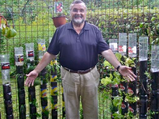 Profesor Willem Van Cothem u svom vertikalnom vrtu od plastičnih boca.