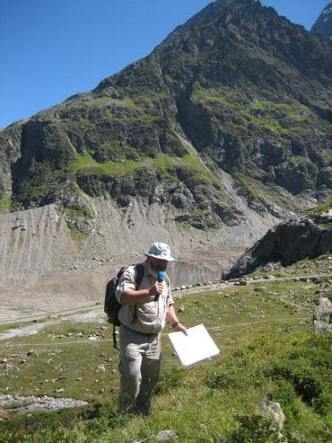 Dr. Christian Schlüchter u Alpama na mjestu na kojem su pronađeni ostaci pradavnih šuma koje su nestale pojavom ledenjaka.