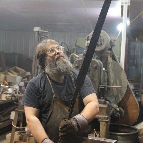 Richard Furrer u pokušaju stvaranja bikinških legendarnih mačeva.