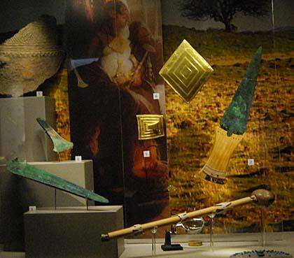 Neki od zlatnih i brončanih predmeta pronađenih u Bush Barrowu.