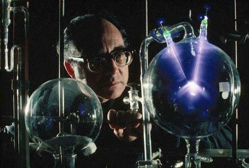 Stanley Miller za vrijeme svog revolucionarnog eksperimenta.