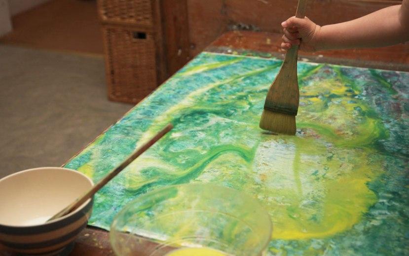 Iris grace koristi različite tehnike slikanja, najčešće su joj u ruci po dvije tri četkice, spužva i crvena plastična žličica od koje se ne razdvaja.