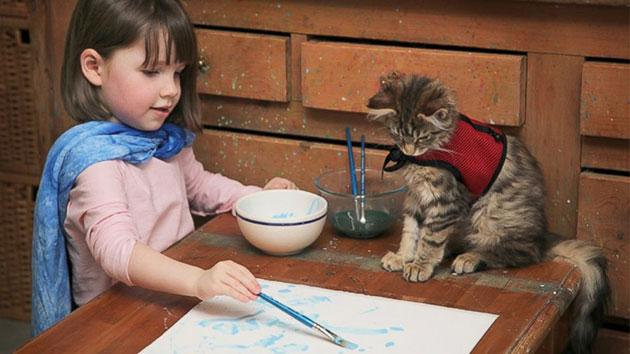 IrisGrace u trenutku inspiracije sa svojom mačkom Thulom.
