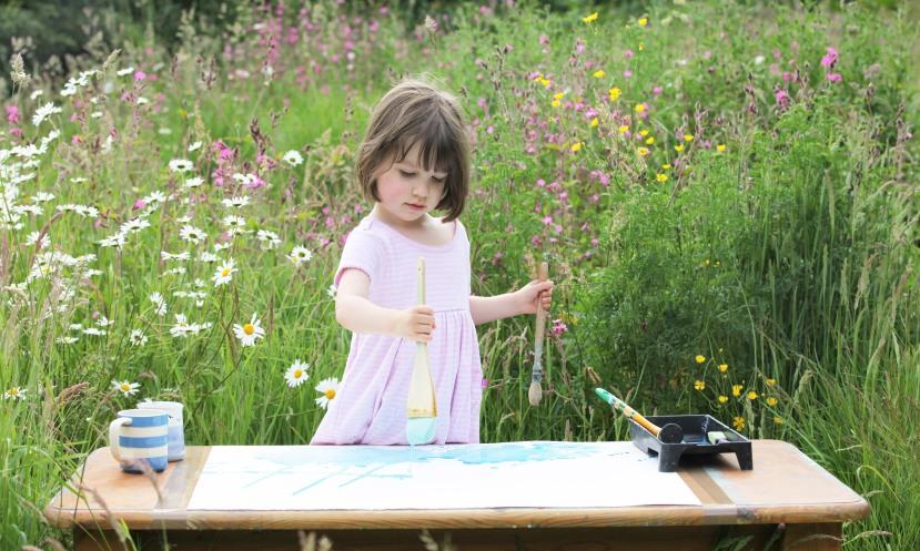 iris Grace uvijek slika ono što vidi oko sebe, najviše voli slikati u zadnjem dvorištu obiteljske kuće okružena divljim svijećem i mekanom travom.