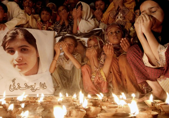 Pakinstanske djevojčice iz Karačija mole su se okupile nakon atentata na Malalu, s molitvom za njeno ozdravljenje.