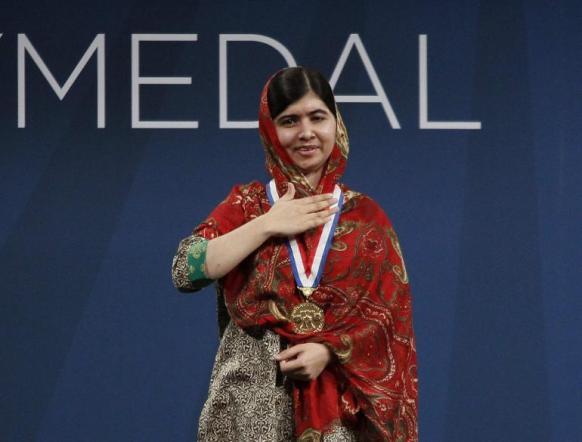 Malala u trenutku dobijanja nagrade Liberty. Iako teško govori zbog djelomične facijalne pareze, njeni govori su inspiracija za milijune.