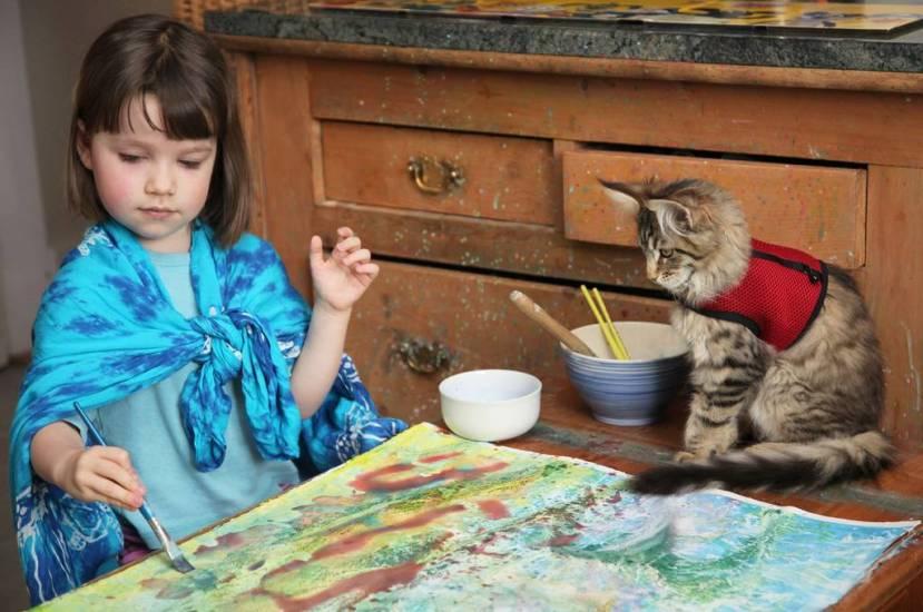 Nevjerojatno je da mačka Thula ostaje sjediti satima uz svoju štićenicu, sve dok Iris ne završi slikanje.