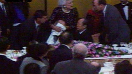 Trenutak u kojem Barbara Bush prikriva lice s povraćotinom predsjednika Busha starijeg.