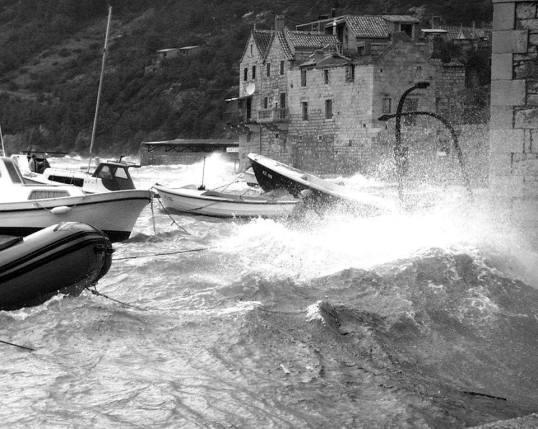 Orkankso jugo snimljeno u Komiži za vrijeme ciklone Dorothy.