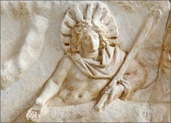 Bog Mitra rođen od strane majke djevice i oca nebeskog božanstva, njegov rođendan pada na 25. prosinca isto kao i Isusov.