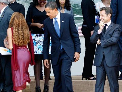 Obama i Sarkozy mjerkaju ženske pozadine.