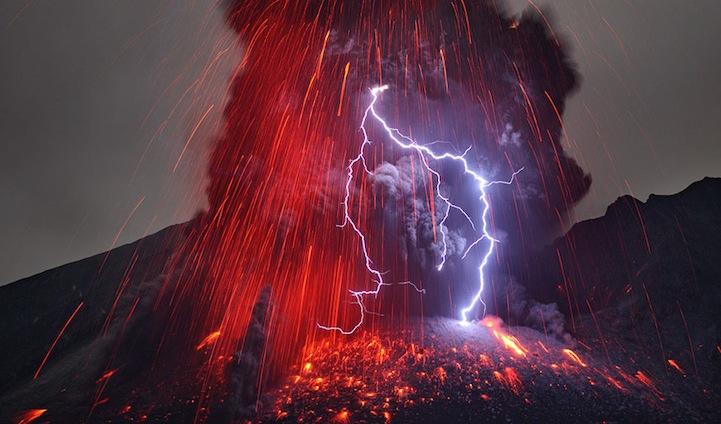 Erupcija vulkana Sakurajima u južnom dijelu Kyushua u Japanu. Obratite pažnju na vulkanske munje koje su velikim dijelom podzemni fenomen.