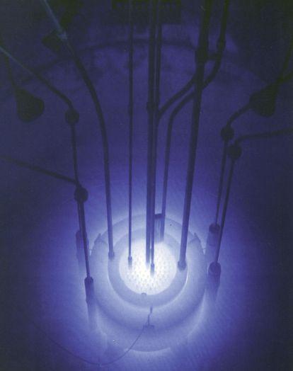 Sablasna fluorescentna svjetlost snimljena za vrijeme hvatanja superluminalnih elektrona u Reed Research reaktoru u SAD-u. Aerogel posebne izrade omogućuje hvatanje i osvjetljavanje elektrona nadsvjetlosne brzine.