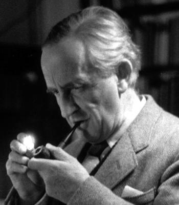 """John Roland Reuel Tolkien je bio iskreni ljubitelj duhana, svoju ljubav prema pušenju, pravdnosti, miroljubivosti i """"velikim stvarima skrivenima u malenim bićima,"""" je prenio i na svoja djela, Prstenovu družinu i Hobbita."""