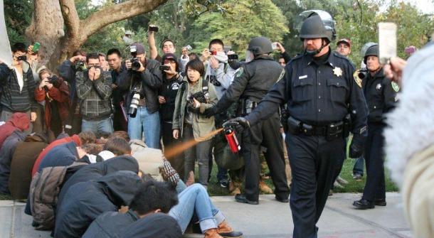 Dok američki građani mirno traže pravdu, dotle američki policajci prskaju paprenim sprejem, ubijaju i muče nenaoružane i mirne prosvjednike. Što je tu