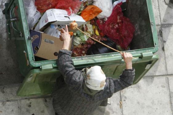 Ovakvih slika je sve više i više. Zašto naši najveći mediji ne obraćaju pozornost na esencijalna životna pitanja., Koliko ljudi kopa po kontejnerima kako bi barem nešto mogli pojesti?