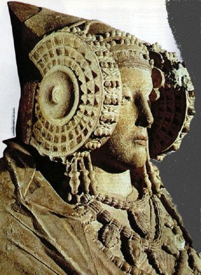 Niti jedan prikaz Tanit nema takve ukrase i detalje poput dame iz Elchea.