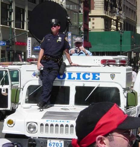 Tipični policijski LRAD koji bi se trebao koristiti jedino kao sredstvo za neutraliziranje opasne i bijesne svjetine, te kao tehnologija koja zamjenjuje gumene metke, vodene topove i pendreke, dakle samo u posebnim prilikama kada situacija izmiče kontroli.