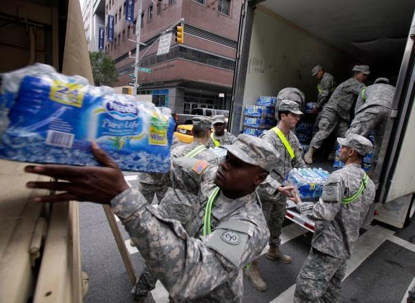 Nestle je pokušala ispraviti svoj negativni imidž poklanjanjem svoje buteljirane vode unesrećenima u urganu Nestle. Na slici vidite propadnike Nacionalne garde u New Yorku.